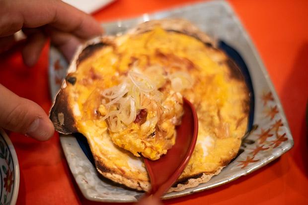 お店からもおふたりからも「寶CRAFT」〈青森 中まで赤~いりんご〉との相性がいい郷土料理として名前が挙がった〈貝焼き〉。大きめのホタテ貝の殻にだし汁と味噌、ネギ、帆立などを入れて卵をといた郷土料理です。