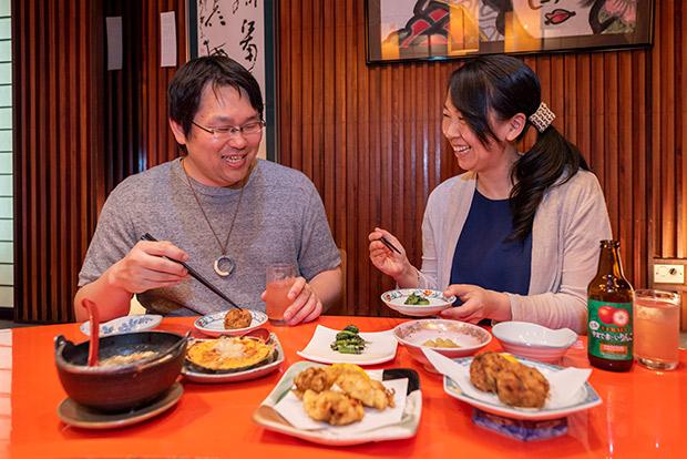 食事の時間は会話の時間。お酒がそこにあれば、より深く、濃く、広く。ましてや酒場だと日常から離れてさらに深く、濃く、広く。ふたりの食への探求心と仲の良さがよくわかります。