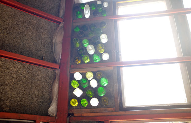 さまざまなガラス瓶をステンドグラスのように取りつけた窓。