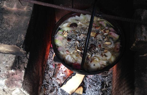 ダシとなる小魚をたっぷりと入れたおみそ汁。