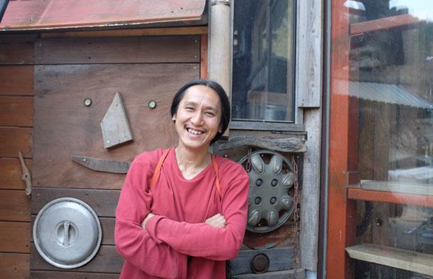 傍嶋飛龍さんは1976年生まれ。24歳で千葉から藤野に移住。現在は綱子地区で暮らしている。