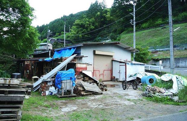 購入した当時の廃工場の様子。廃材も数多く残されている状態だった。(写真提供:傍嶋飛龍)