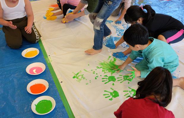 今回の来道では、札幌とその近郊のこども園などでも絵を描くワークショップが開かれた。