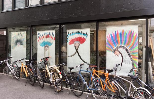 ヘアサロンの窓に貼られたネイティブ・アメリカンのシリーズ。(写真提供:MAYA MAXX)