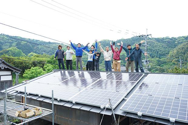 太陽光パネルを18枚設置し終わった屋根の上で、記念撮影!