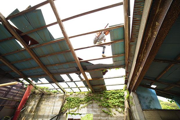 屋根の葺き替えは、大工インレジデンスのメンバーとして我が家に住んでいる、プロの大工ふみよくんがあっという間にやってくれました。