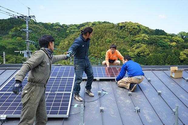 屋根の上に金具を設置して、太陽光パネルを固定していきます。