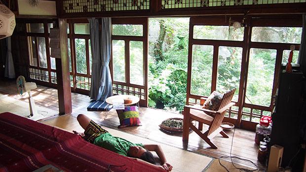 縁側の昼寝もオススメ! 寝転がっているのは以前我が家で二拠点生活していたwebデザイナー。