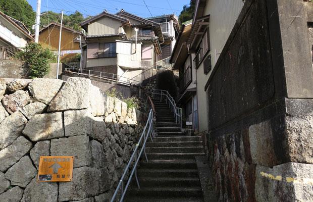急峻な斜面に建ち並ぶ梶賀の民家。