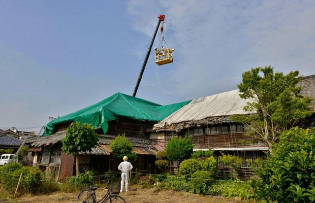 老朽化した屋根の応急処置として、雨漏り防止シートをかけた。