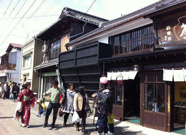 イベント時の八女福島のまち並みには、たくさんの人が訪れる。
