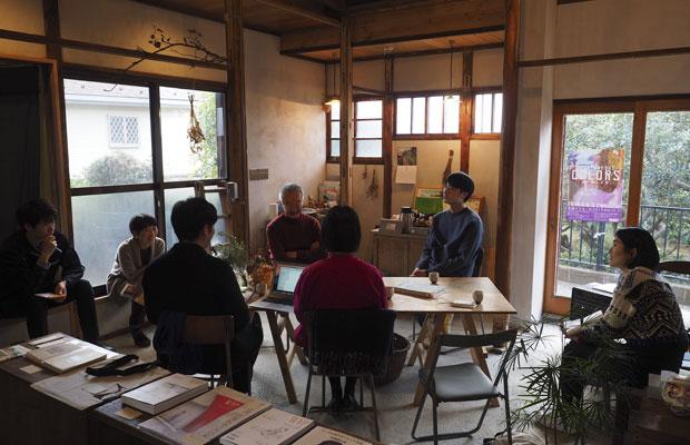 「池上先生が真鶴に来ている」と聞いた人が次第に真鶴出版2号店に集まり、賑やかな対談となった。