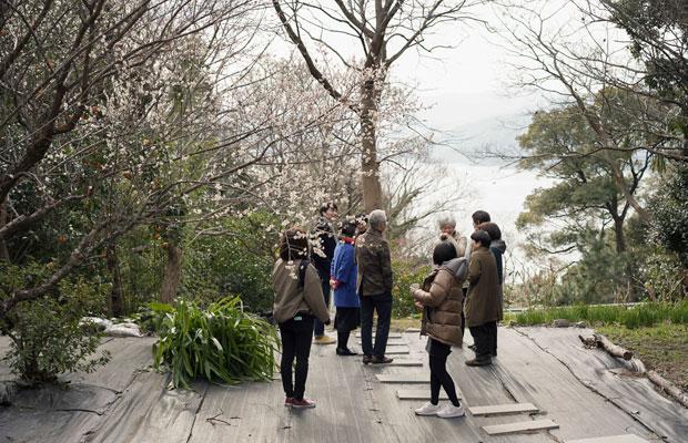 対談を行う前に真鶴のまちを散策。地元の人たちを含めみんなで交流するワンシーン。