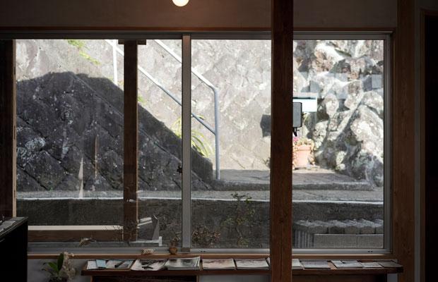 真鶴出版2号店の窓から見える石垣と背戸道。