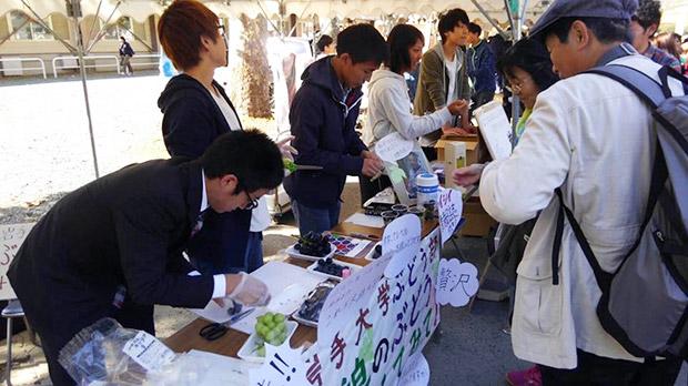 地域の文化祭では大学生を巻き込んで、一緒にぶどうを販売してみたり。