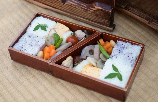 台形の形が特徴的な小豆島の割子弁当。つきめし(木型に入れて突いて固めたお米)と煮しめなどを入れます。