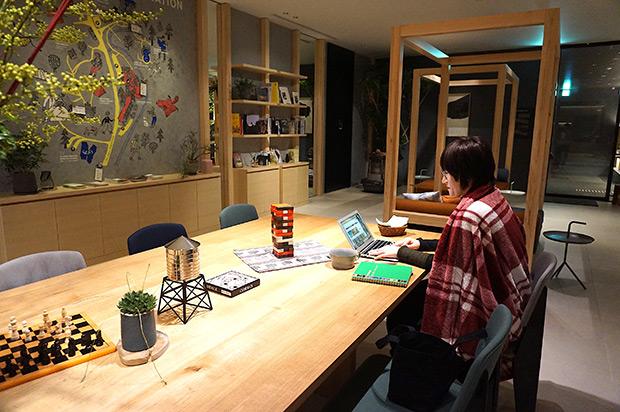 広い机やソファがあるカフェ。思わず仕事に没頭してしまえる環境!? 漫画や写真集、ボードゲームなども充実。