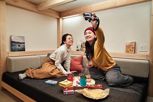客室には大きなソファがあり、仲間とゆるゆるゴロゴロ楽しく過ごせる。