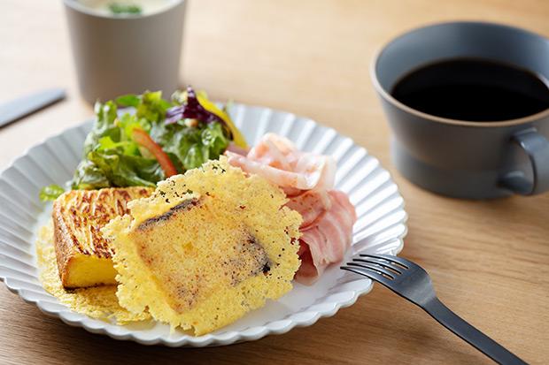 朝食一例「羽根つきフレンチトースト」はスープとドリンク付きで1296円。チェックインは15時、チェックアウトは11時。
