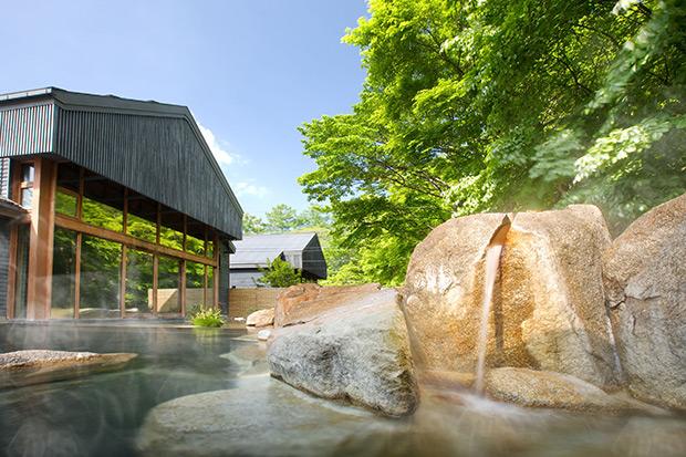 星野温泉 トンボの湯では開放感ある内湯と露天風呂でのんびりと。泉質はナトリウム-炭酸水素塩・塩化物泉で飲泉もできる。