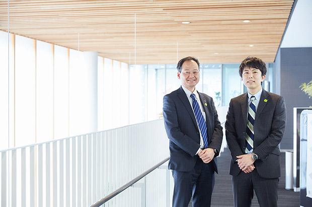 フィンテックプロジェクトチームリーダーの古里圭史さん(右)と経営企画部田中直樹さん(左)。