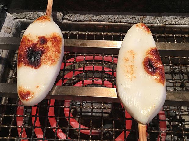 制作チームの皆さんは〈阿部蒲鉾店〉で笹かまぼこの手焼き体験に参加。