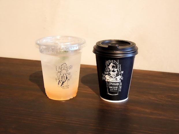 左・「尾道レモネード」450円。右・「ハンドドリップコーヒー」450円には、中国地方初出店となる〈ONIBUS COFFEE〉の豆を使用。パッケージデザインはオーナーの櫻武さんが担当。