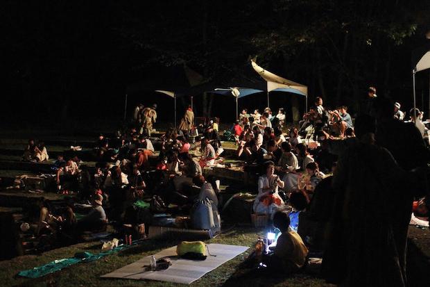 芝生にレジャーシートを敷いて、友人や恋人、家族との時間。©星空の映画祭実行委員会