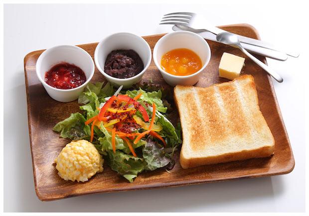 本日のディップの中からお好きな3種類を選び、食パンと共に楽しめる定番の〈朝食セット〉580円(税別)。パンに合うよう開発したオリジナルタマゴサラダとミニグリーンサラダ付き。
