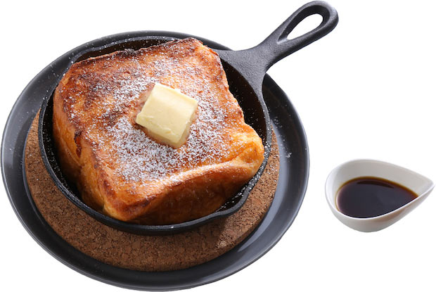 厚切りの〈半端ない熟成〉を一晩かけて卵液に漬け込んだ後、フライパンとオーブンの両方を使って焼き上げた〈シンプルフレンチトースト〉800円。表面はサクッ、中はトロトロです。