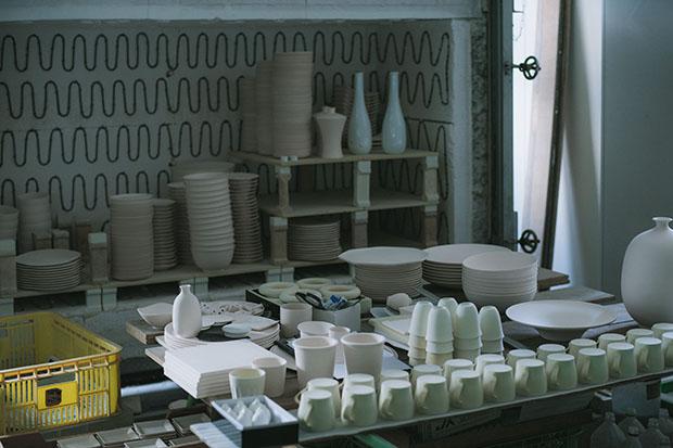 〈畑萬陶苑〉1926年創業。職人の手仕事による伝統的な技法を受け継ぎながら、革新的で独自性の高い製品を生み出している。写真は焼成前のプロダクト。