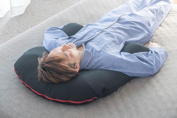 〈華麗なる男の抱かれ枕〉。スタイリッシュなブラックカラー