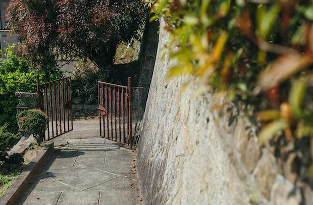 入口の坂道