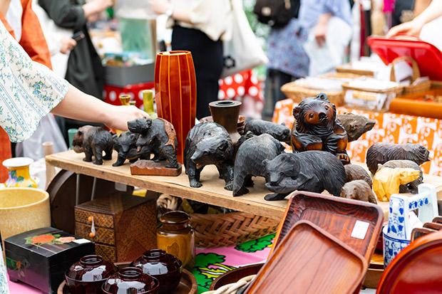 木彫りの熊なども並ぶ