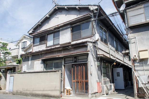〈とりいくぐる別館〉の外観。古き良き木造アパートの一部を改装