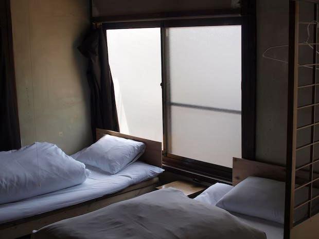 〈明るい部屋〉の寝室。窓がたくさんあり広さは7畳ほど