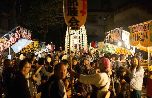 御会式の夜。鬼子母神堂境内には夜店がたち並ぶ。(写真:鈴木竜一朗)