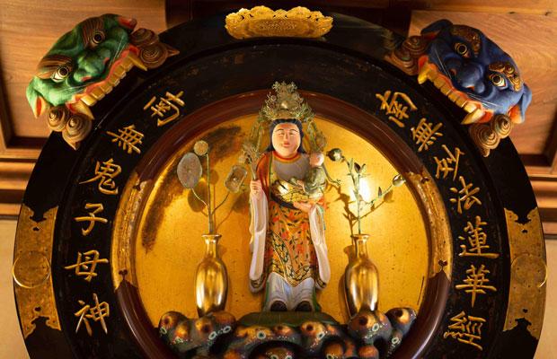 安産・子安の女神、鬼子母神。こちらは本尊ではなく信者の奉納品。(写真:鈴木竜一朗)