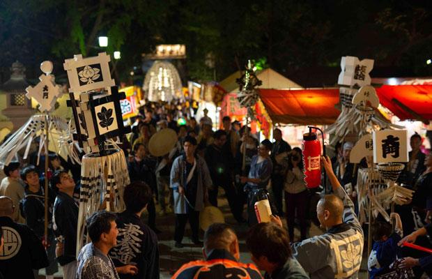 雑司が谷の御会式はまちなかを練り歩いた後、鬼子母神堂でクライマックスを迎える。(写真:鈴木竜一朗)