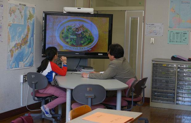 池袋小学校で、外国語を母語とする生徒のために行われている日本語の授業。