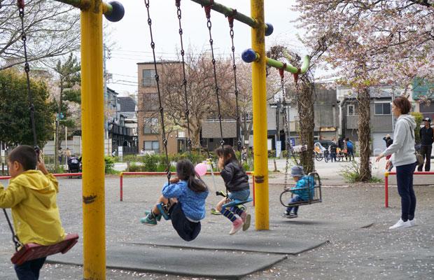 家族連れで賑わう日曜の椎名町公園。表には見えづらいが、高齢者のひとり暮らし世帯も多い地域。