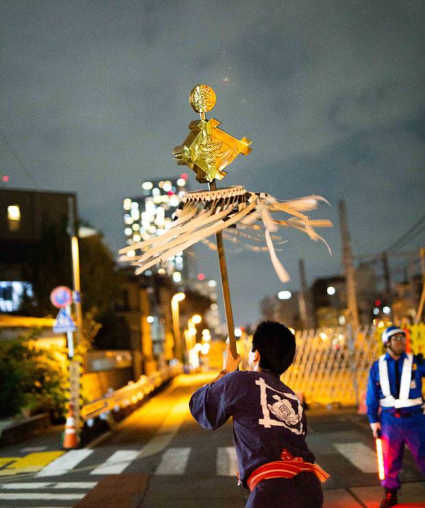 御会式の纏は、江戸時代の町火消の名残。日蓮聖人には、もちろん関係がない。(写真:鈴木竜一朗)