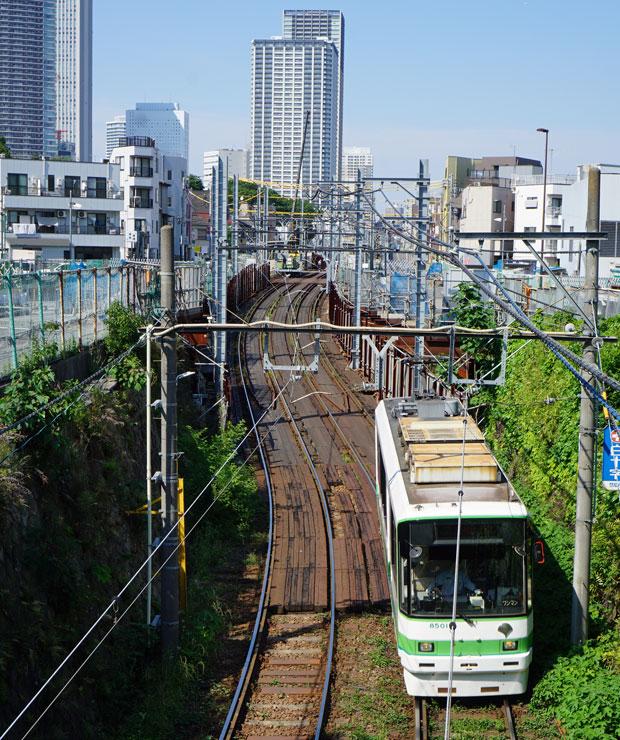 雑司が谷を走る都電荒川線。奥には左から豊島区庁舎、サンシャイン60、高層マンション。