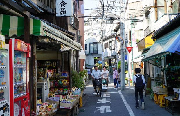 商店街には昭和の風情を残す食料品店や床屋、惣菜店、ベーカリー、銭湯などが軒を並べる。