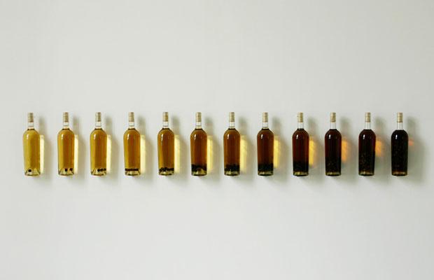 Nuancier Finement Boisé 2007 (c)Nicolas Boulard ブラーさんはワインの製造方法や伝統的な制度を見直し、再解釈するような作品を制作しており、サンフランシスコ近代美術館での作品展示など、欧米のアートシーンで活躍している。
