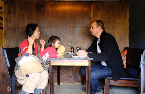 (c)Nicolas Boulard 美流渡のコーローカフェの店内でブラーさんの話を聞いたときの様子を、彼がセルフタイマーで撮ってくれた。