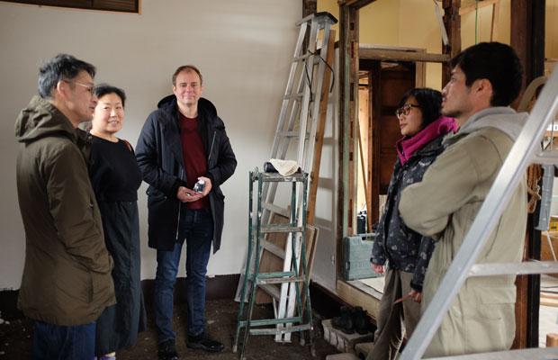 美流渡付近の土地の状況をリサーチ。左端が柴田さん。右のふたりが古家を改修している吉崎祐季さんと上井雄太さん。