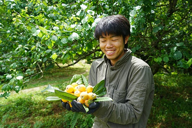 がんちゃんと収穫したビワ。