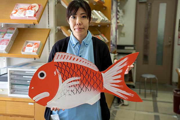 梅かまで扱う一番大きな鯛がこの15号というサイズ(26,892円/写真はサイズ確認用の木型)。昔にくらべると注文が少なくなったとはいえ、年間40〜50個は出るという。