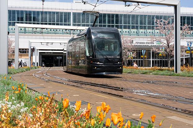 トラム(路面電車)が頻繁に発着する富山駅。